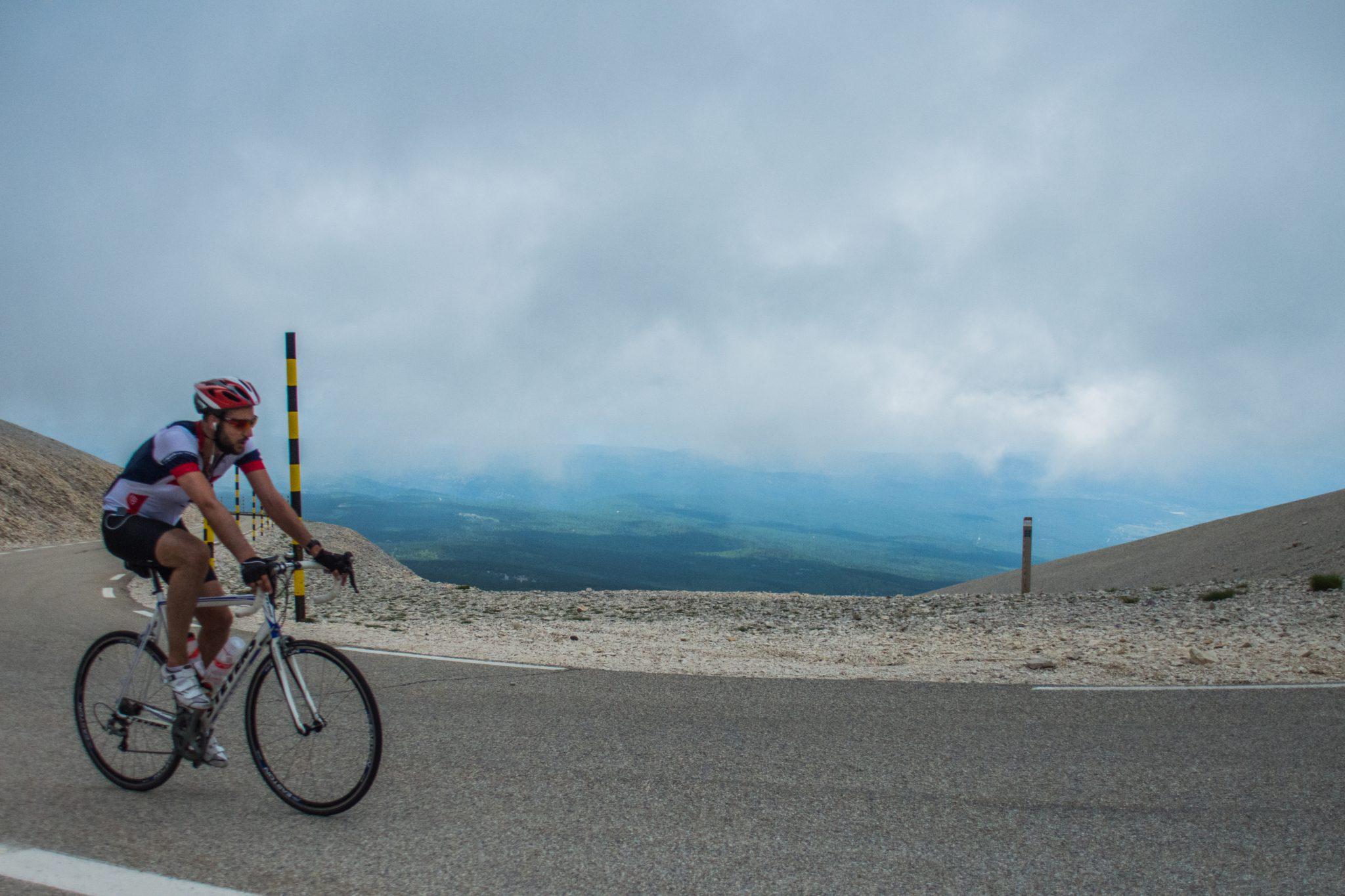 Het weer kan snel omslaan op de Mont Ventoux: neem kleren voor alle omstandigheden mee!