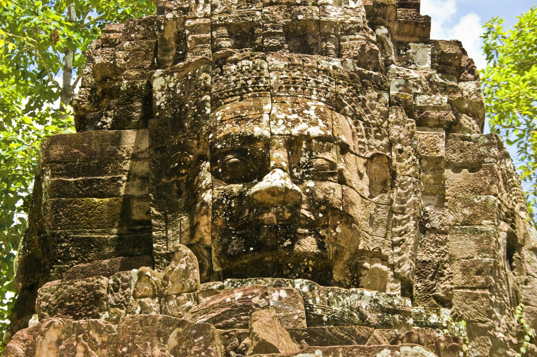 De lachende gezichten op de Bayon-tempel in Angkor Thom