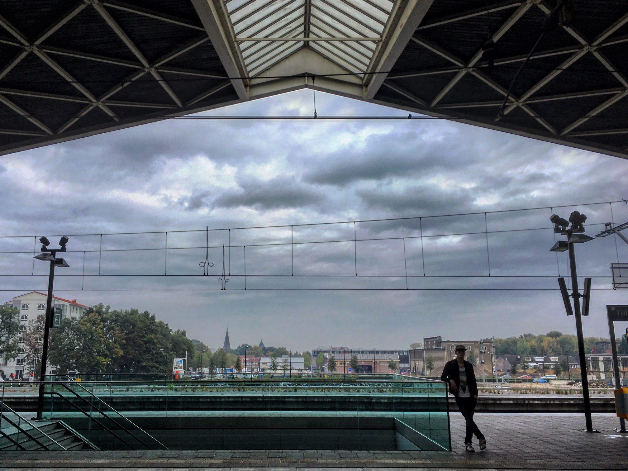Het typische kroepoekdak van station Tilburg