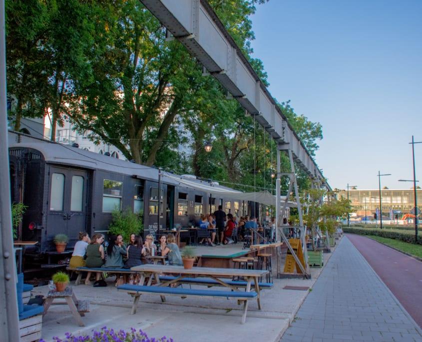 Dineren in een oud treinstel; het kan bij De Wagon