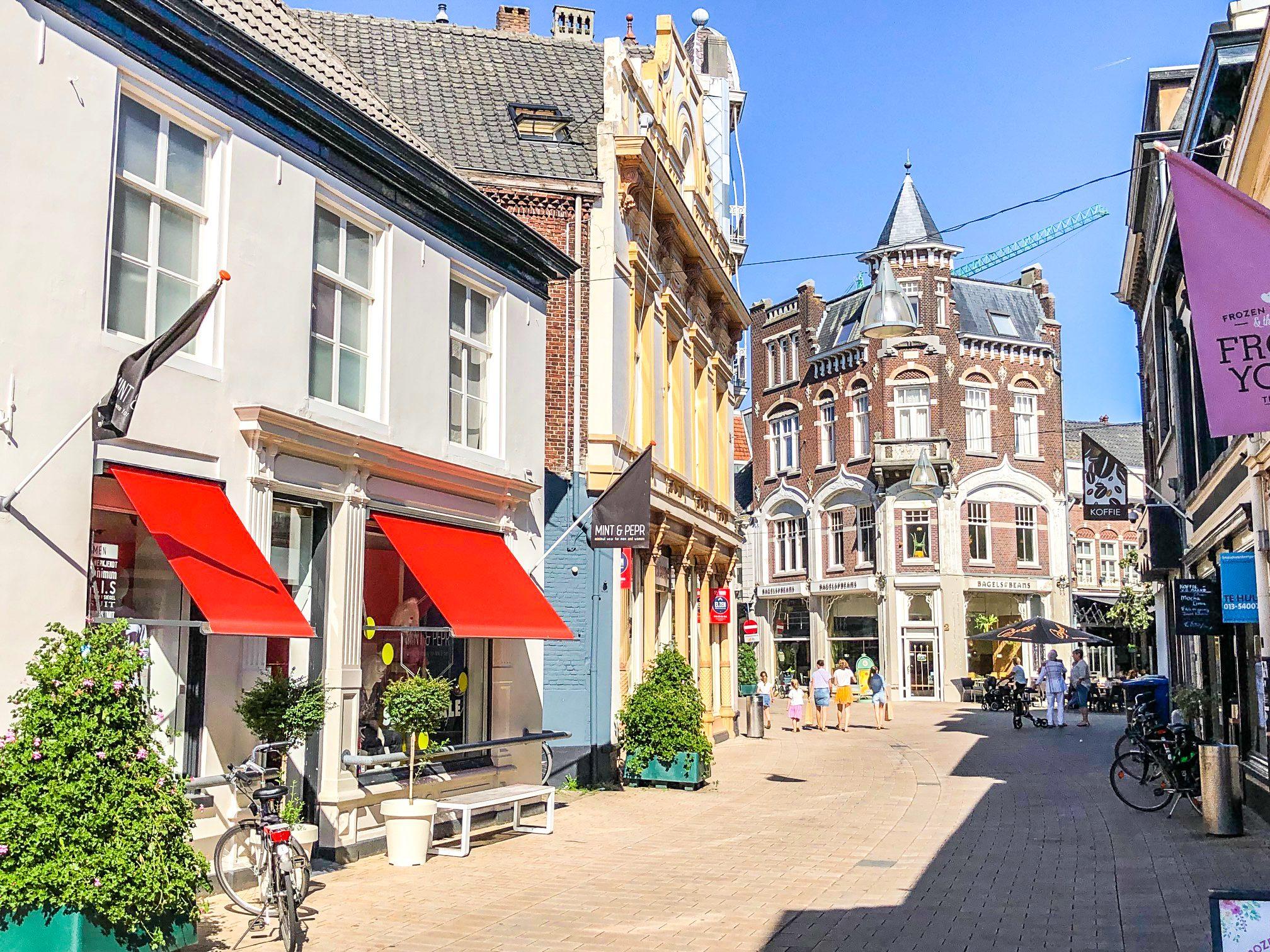 Het begin van de Heuvelstraat en de Oude Markt, links Mint and Pepr