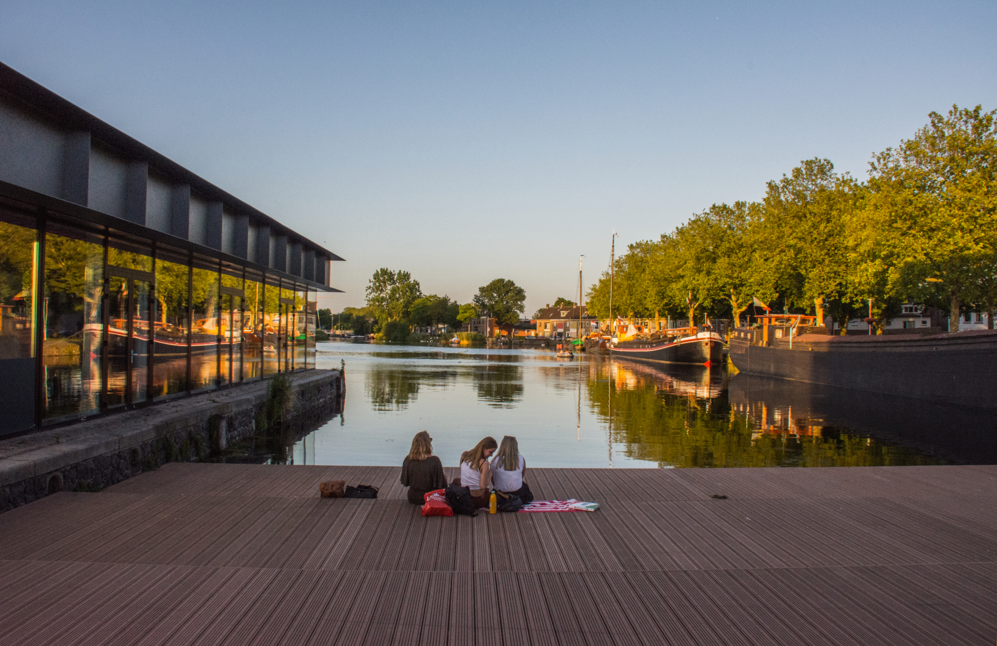 Genieten van het avondlicht in de haven van Tilburg.