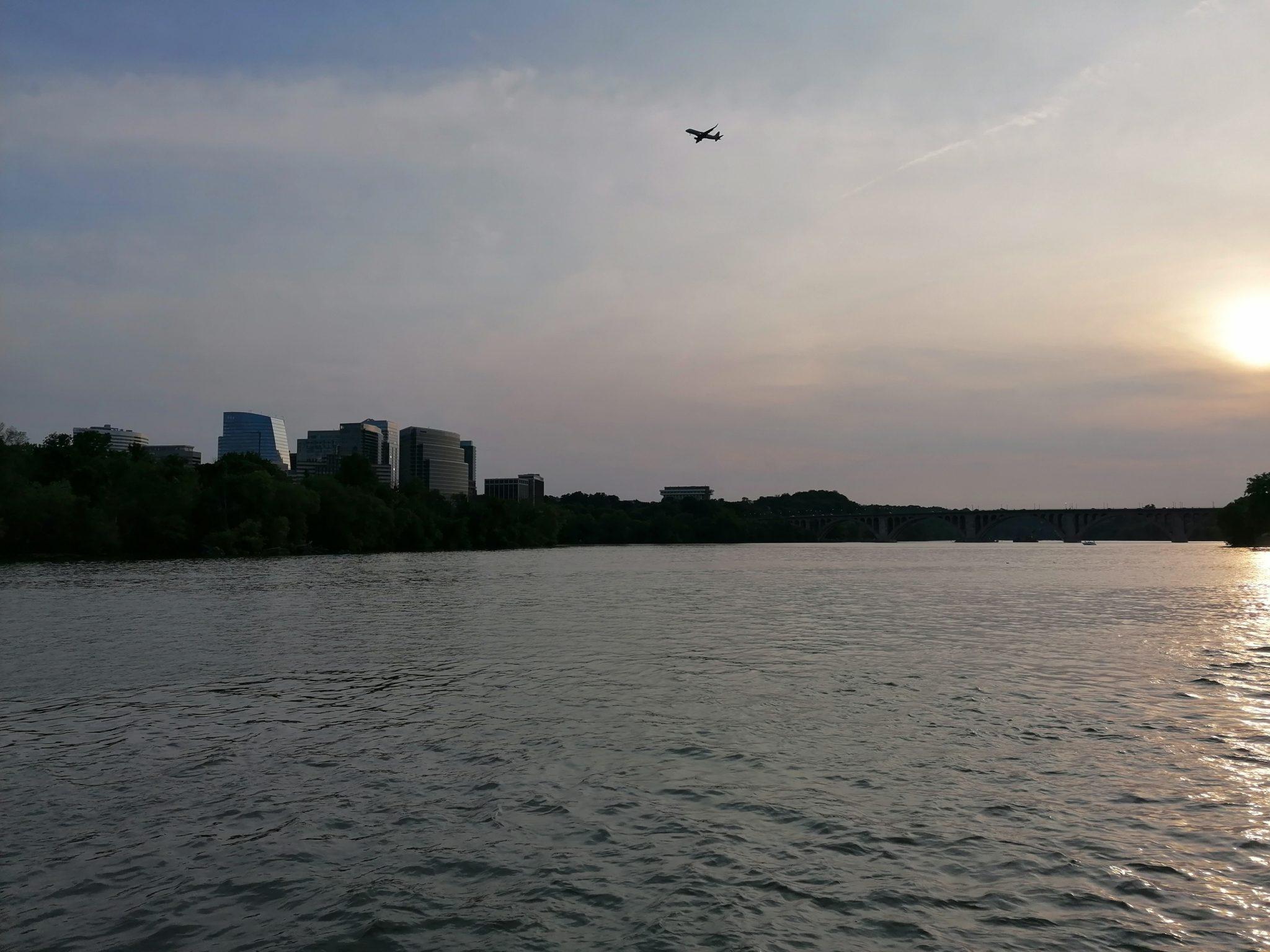 Laagvliegende vliegtuigen boven Potomac River vanuit Georgetown gezien