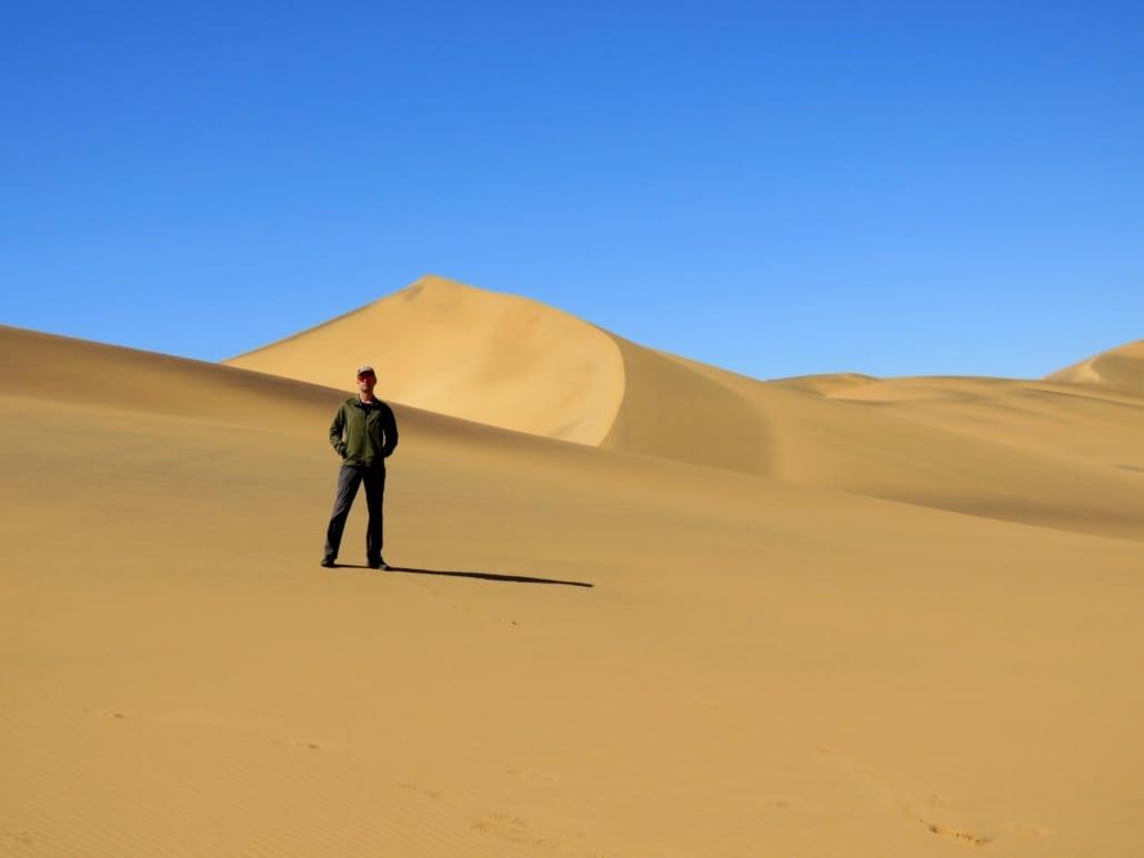 Reisman Tinus in de Namib woestijn