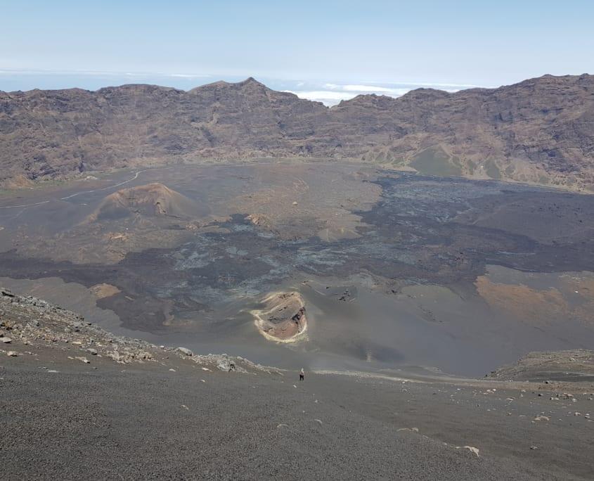 Naar beneden glijden naar de krater van 2014