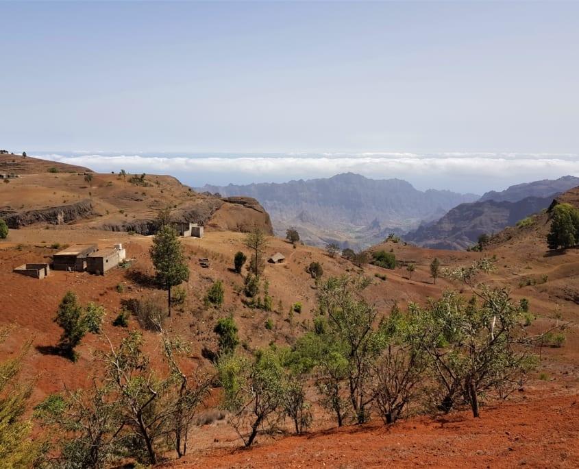 Gehucht in kleurrijk landschap op Santo Antão