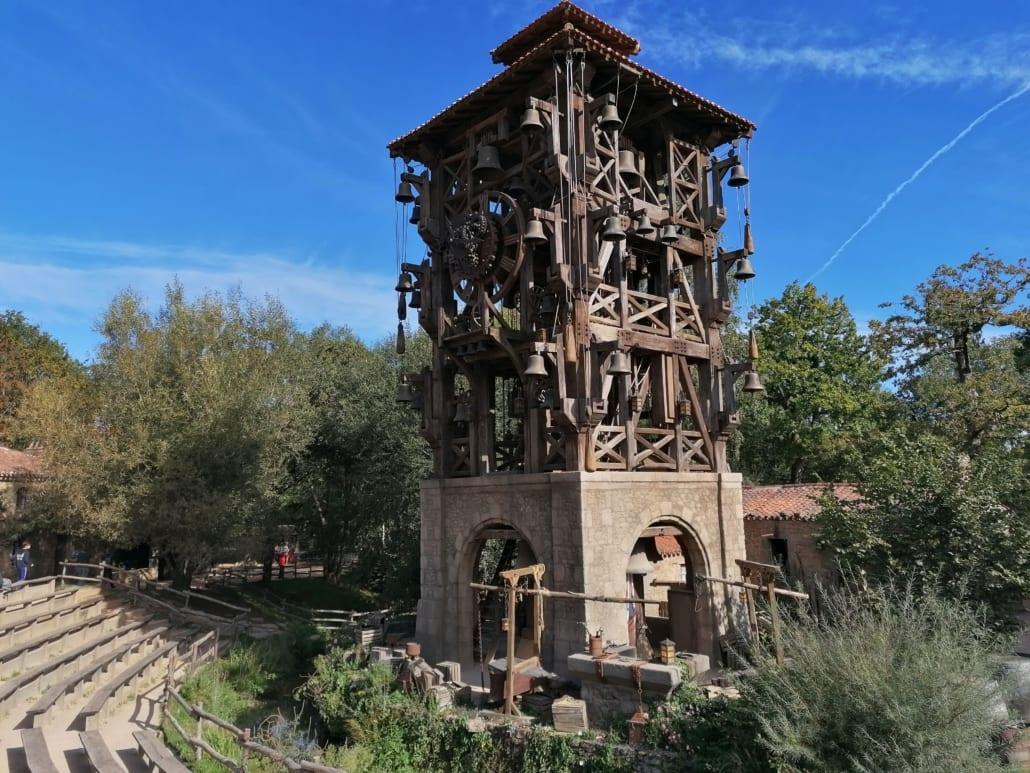 Le Grand Carillon centraal in het 18e eeuwse dorpje