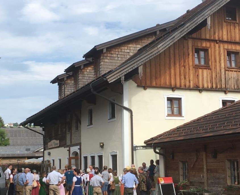 Lokale bezoekers, veelal in traditionele kleding