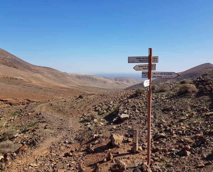 Eenzame wegwijzer in het Ajaches gebergte op Lanzarote