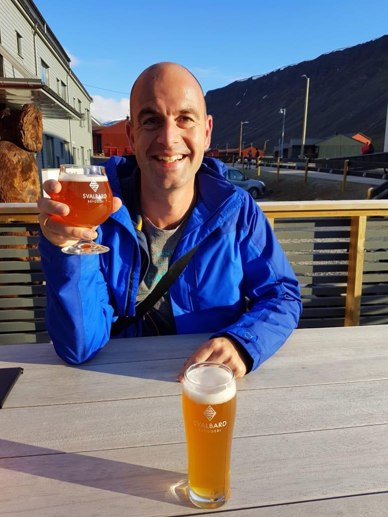 Biertje in de middernachtzon op Spitsbergen