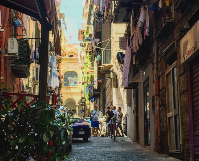 Enge straatjes in het Quarteri Spagnoli