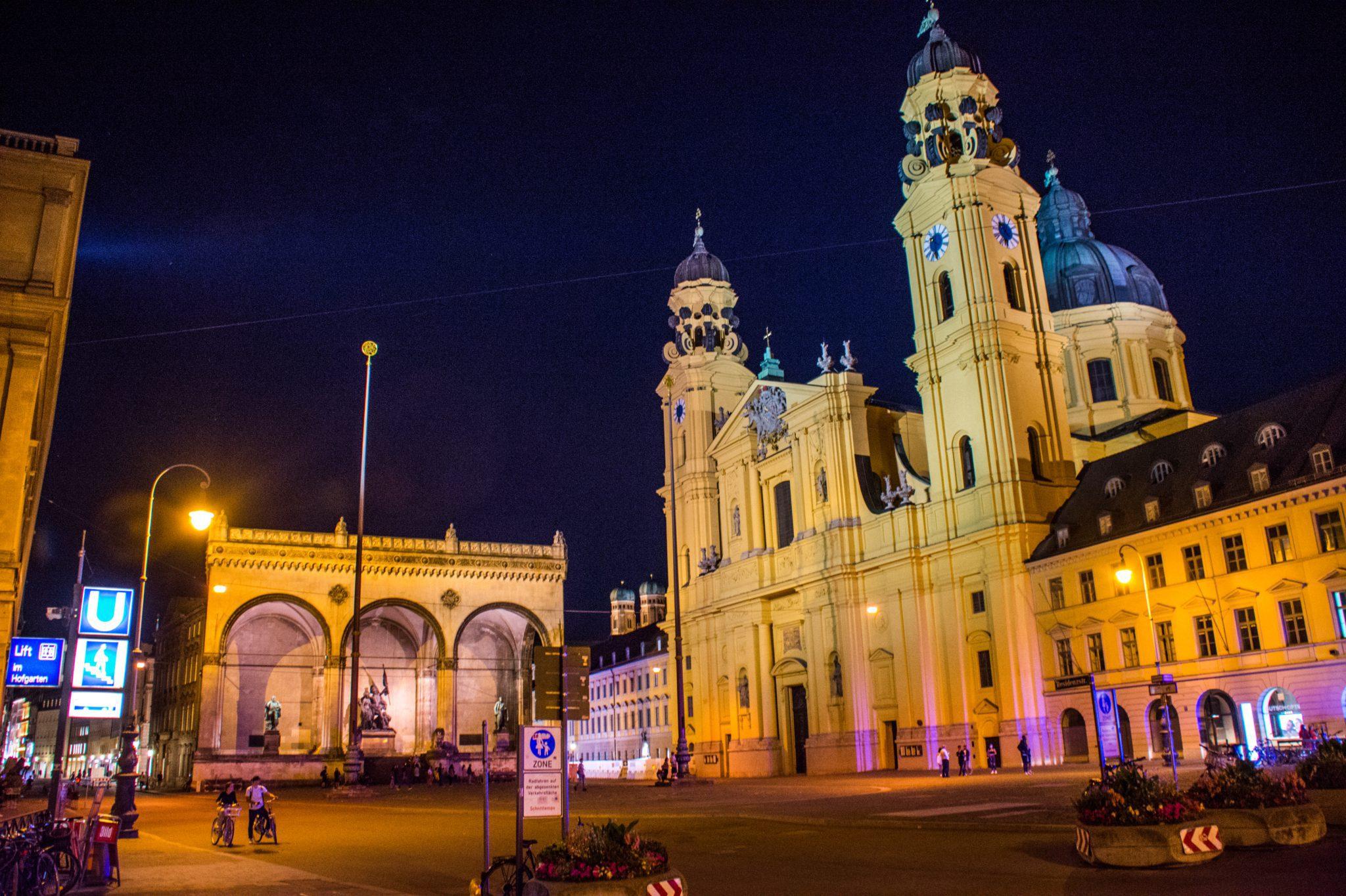 Odeonsplatz in het avondlicht