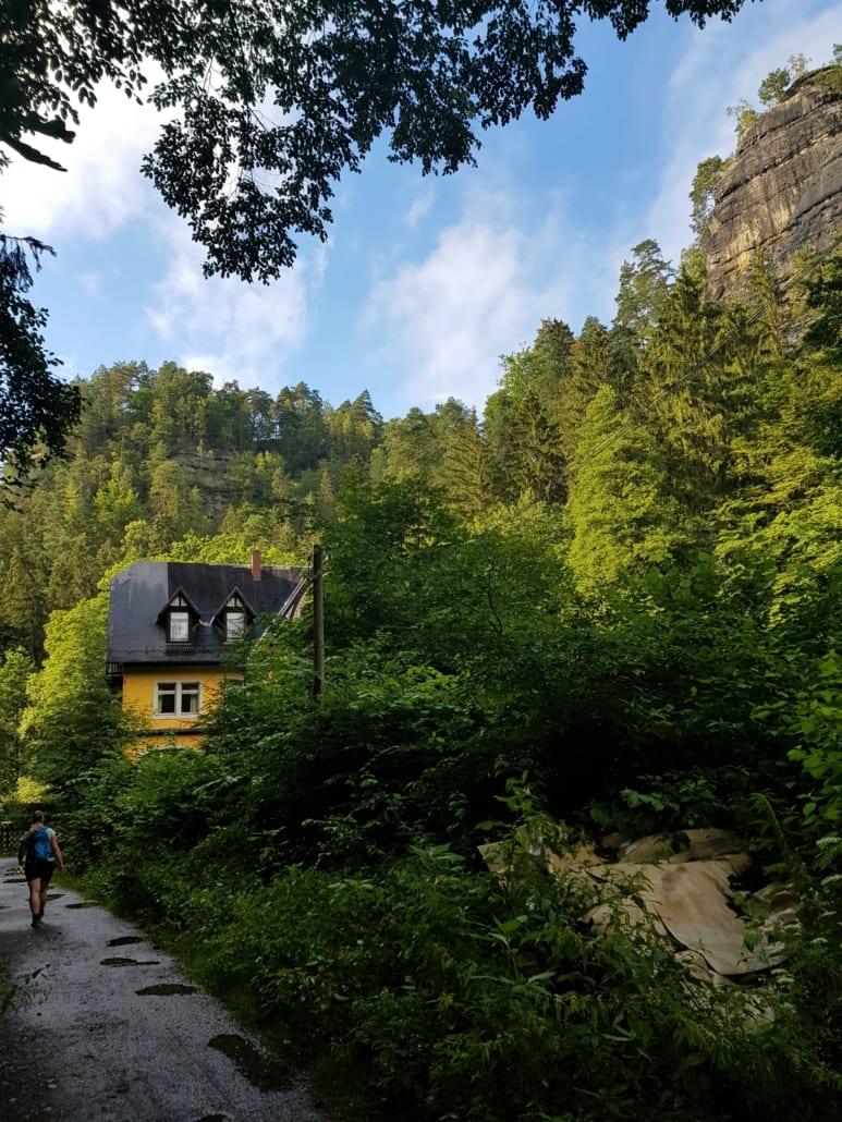 Waltersdorfer Mühle en rotsen boven het Polenzdal in de Sächsische Schweiz