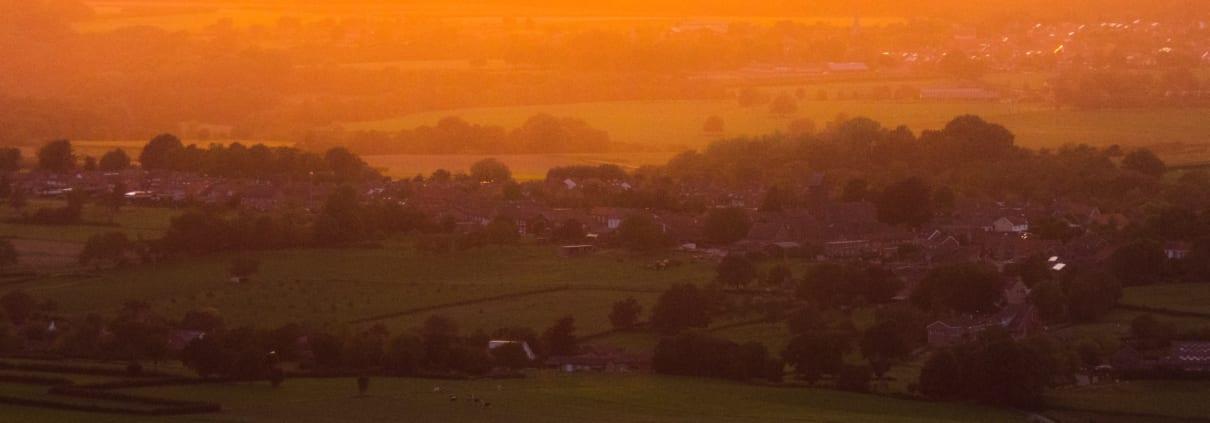 De zon zien zakken boven Zuid-Limburg.