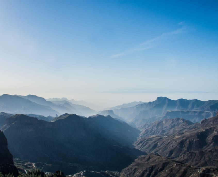Bergen, de Atlantische oceaan en in de verte zie je Tenerife liggen.