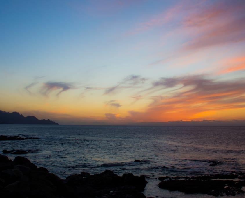 Zie de zon zakken in de Atlantische oceaan