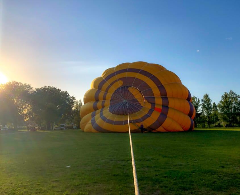 Langzaam vult de luchtballon