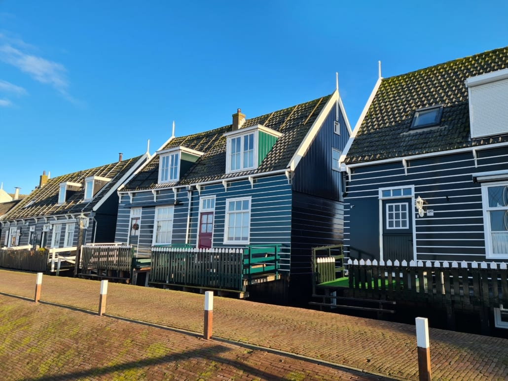 Houten huisjes aan de haven van Marken