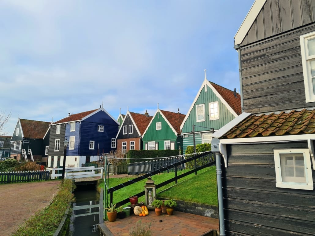 Kleurrijke houten huisjes in Marken