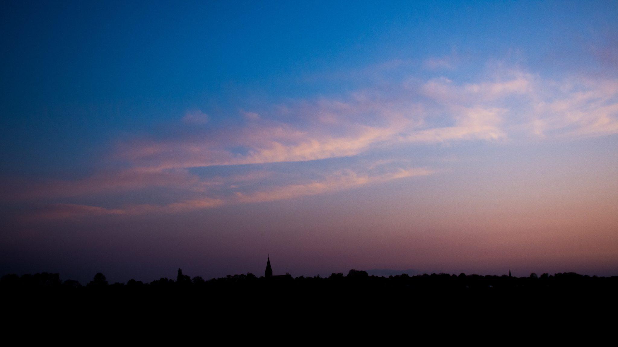 De avond valt over Noord-Limburg. Rowwen Hèze speelt op de achtergrond