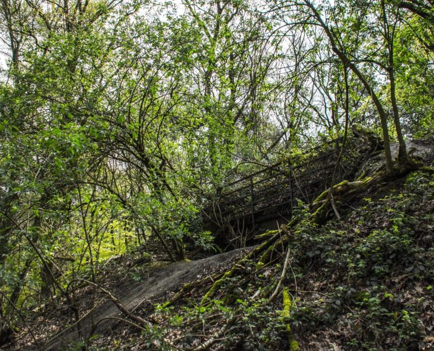 Verstopt in het landschap vind je herinneringen aan de veldslag die hier plaatsvond, zoals deze bunker.