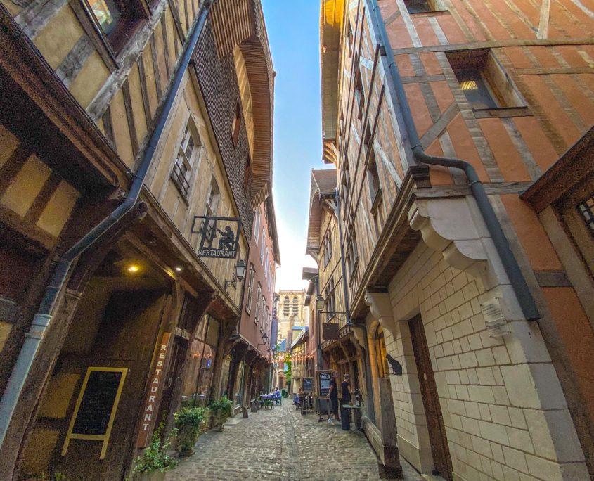 Smalle steegjes en kleine restaurantjes: Troyes op zijn middeleeuws.