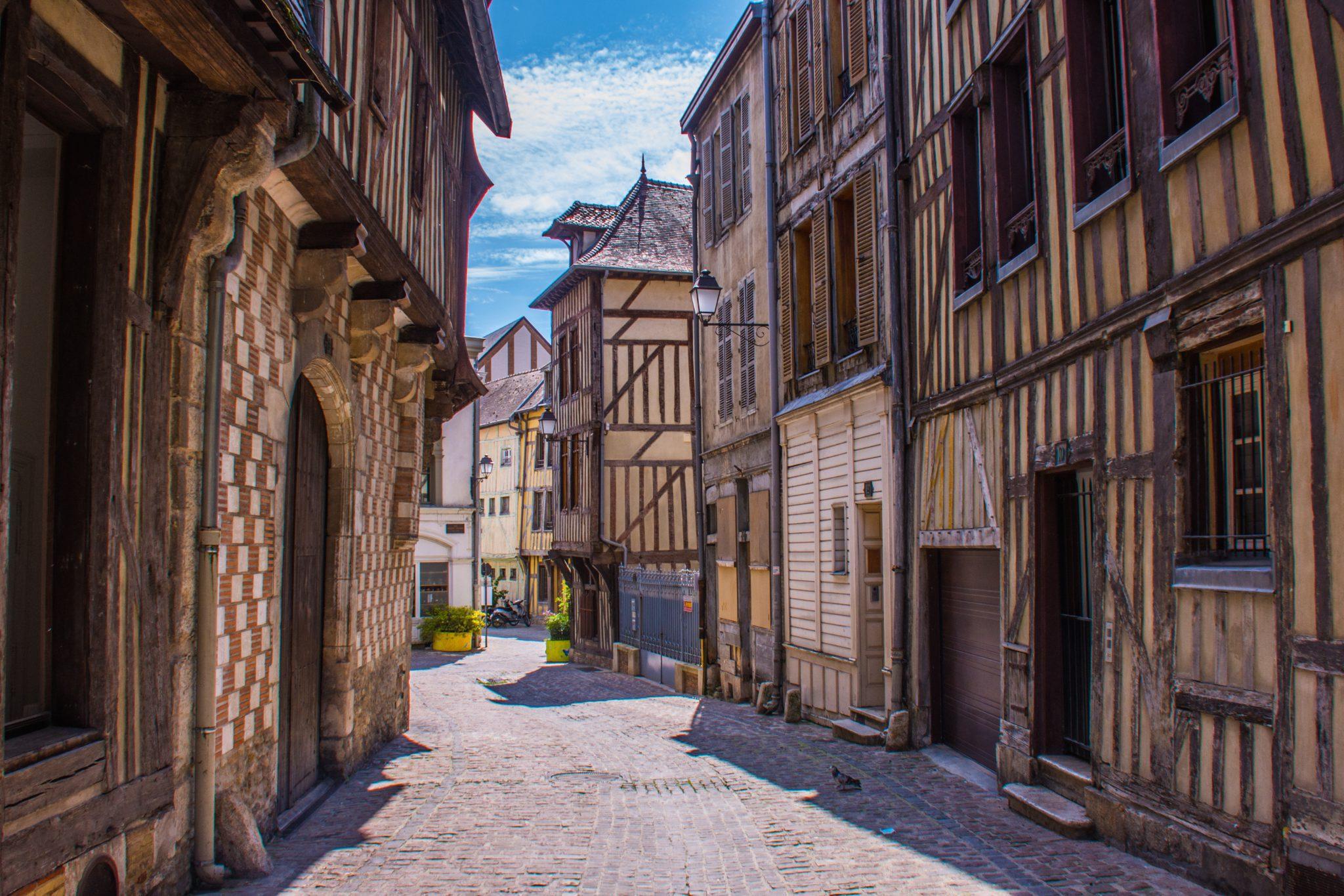 Kleine middeleeuwse steegjes bepalen het straatbeeld van Troyes.